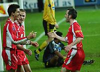 Paul Scharner, Brann, jubler sammen med Bengt Sæternes og Robbie Winters, Brann.<br /> <br /> Fotball. Tippeligaen 2004. Lillestrøm - Brann 2-2. 30. oktober 2004. (Foto: Peter Tubaas/Digitalsport).