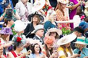 Koning Willem-Alexander en koningin Máxima hebben dinsdag in de koets met koningin Elizabeth en haar zoon prins Andrew deelgenomen aan de 'koninklijke optocht' op de racebaan van Ascot.<br /> <br /> King Willem-Alexander and Queen Máxima took part in the carriage with Queen Elizabeth and her son Prince Andrew on Tuesday in the 'royal parade' on the Ascot race track.
