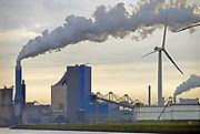 Nederland, Rotterdam, 12-5-2017Maasvlakte. De elektriciteitscentrale van Engie, voorheen GDF-Suez, gdf, suez, gdfsuez. Kolencentrale, co2 uitstoot, kolen, kolengestookte, the new land. oude en nieuwe energie, windmolen,windmolens,windenergieFoto: Flip Franssen