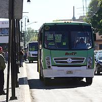 Toluca, México.- A pesar de haber sido anunciado un paro total de labores del transporte público del Valle de Toluca, solo disminuyeron el número de unidades que circulan normalmente en la ciudad, y la población no se quedo sin servicio.  Agencia MVT / Crisanta Espinosa