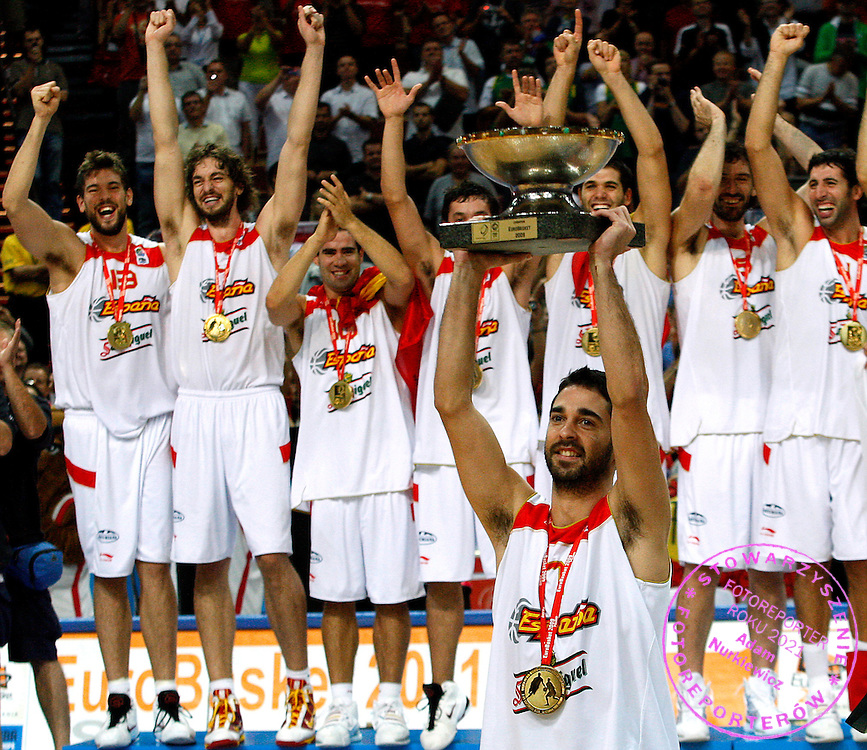 Katowice 20/09/2009.EuroBasket 2009.Final .Spain v Serbia.Juan Carlos Navarro captain of Spain holds a trophy for winners of the EuroBasket 2009, European Basketball Championships gold medal match.Photo by : Piotr Hawalej / WROFOTO
