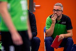 09-12-2017 NED: Advisie/SSS - Vallei Volleybal Prins, Barneveld<br /> Advisie/SSS liet geen spaan heel van buurman Vallei Volleybal Prins en won binnen een uur met 3-0 / Ass. coach Olaf Ratterman of SSS