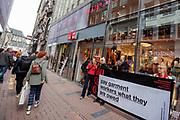 Nederland, Amsterdam, 28-09-2018<br /> De Schone Kleren Campagne voert actie voor de deur van Uniqlo. In 2014 verloren 2000 kledingarbeiders hun baan toen het merk de productie in een fabriek terugtrok, de arbeiders wachten nog steeds op hun ontslagvergoeding. In Amsterdam opent de Japanse modeketen UNIQLO haar eerste vestiging in Nederland. Het bedrijf wordt gezien als de Japanse H&amp;M.<br /> <br /> In Amsterdam Uniqlo opens its first store in The Netherlands. The Japanese fashion brand is seen as the Japanese H&amp;M.<br /> Foto: Bas de Meijer / De Beeldunie