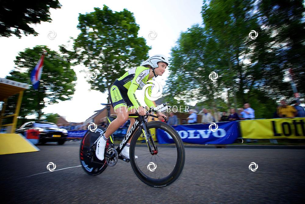ZALTBOMMEL - Het NK tijdrijden is van start gegaan in Zaltbommel. Diversen amateurs, nieuwe en ook professionele wielrenners gaan hier van start vandaag. Met hier op de foto Esra Tromp. FOTO LEVIN DEN BOER - KWALITEITFOTO.NL