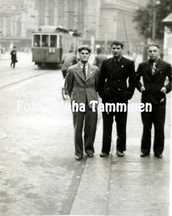 HJK:n &amp; maajoukkueen pelaaja Armas Pyyn albumi. <br /> Sota-ajan maaottelu Saksa - Suomi Leipzigissa 1.9.1940. / Wartime international match Germany v Finland, played in Leipzig on September 1st 1940.<br /> Finland team members visiting the city of Leipzig.
