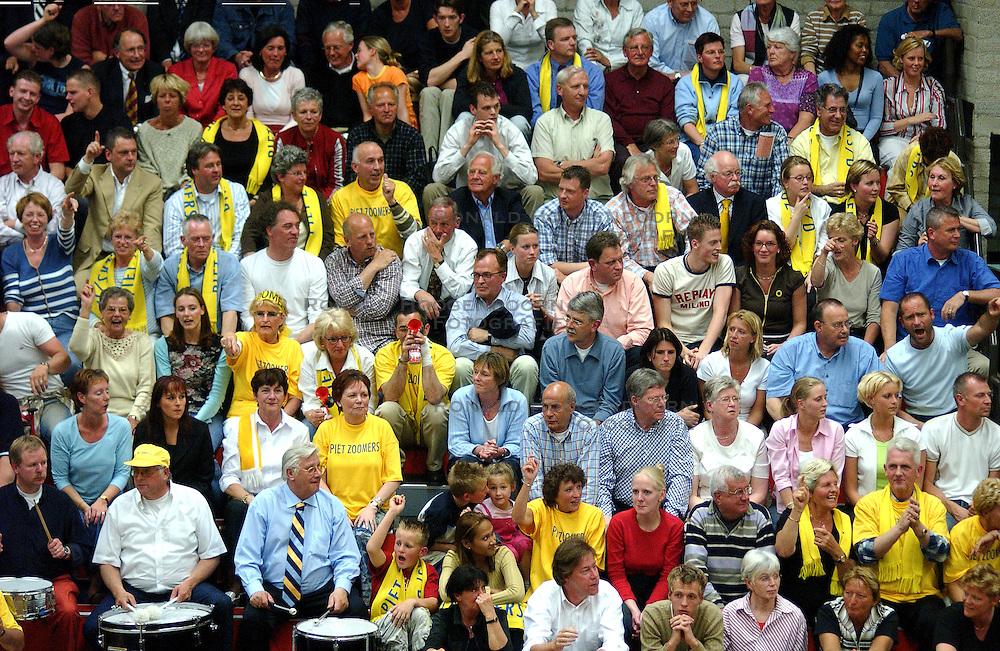 22-04-2003 VOLLEYBAL: PIET ZOOMERS DYNAMO - OMNIWORLD: APELDOORN<br /> Finale play-offs Piet Zoomers wint het landkampioenschap / Publiek<br /> ©2003-Ronald Hoogendoorn