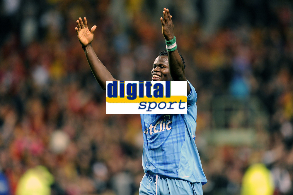 FOOTBALL - FRENCH CHAMPIONSHIP 2010/2011 - L1 - RC LENS v OLYMPIQUE MARSEILLE - 3/04/2011 - PHOTO JEAN MARIE HERVIO / DPPI - JOY TAYE TAIWO (OM) AT THE END OF THE MATCH