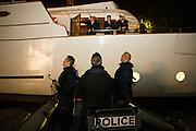 Paris, France. 9 Mai 2009..Brigade Fluviale de Paris..23h20 Entretien avec le capitaine d'un bateau suite a un different avec d'autres peniches...Paris, France. May 9th 2009..Paris fluvial squad..11:20 pm Discussion with a boat captain following a litigation with other barges..