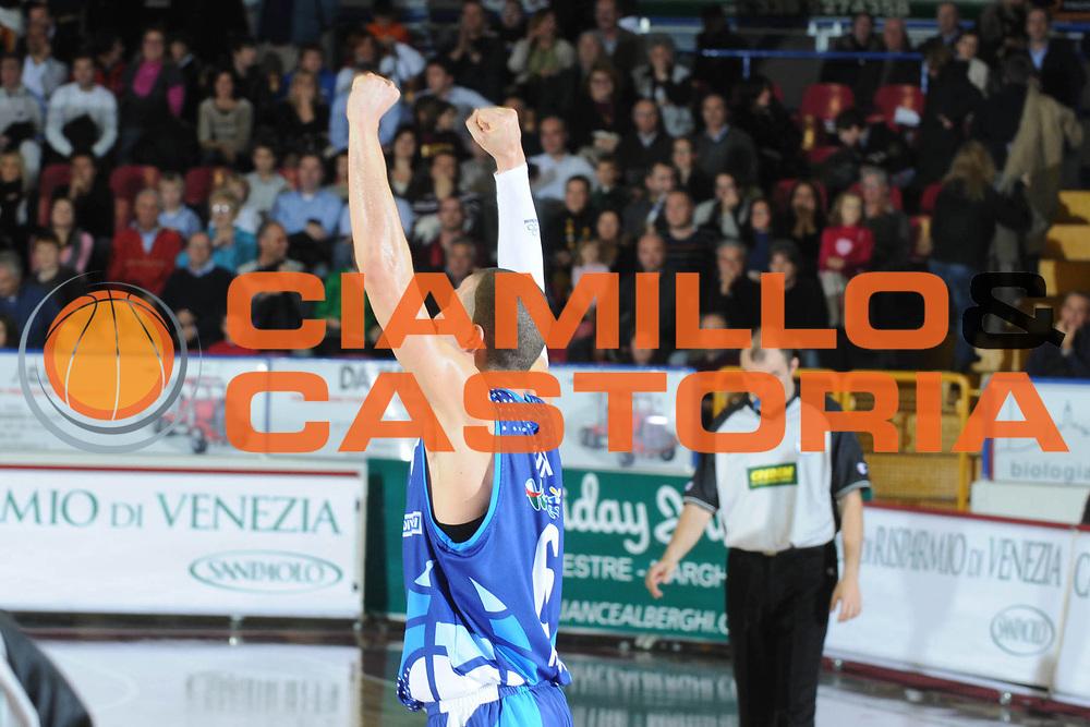 DESCRIZIONE : Venezia Lega A2 2008-09 Umana Reyer Venezia Roseto 1946 <br /> GIOCATORE :  Fulvio de Assis<br /> SQUADRA : Pallacanestro Roseto 1946<br /> EVENTO : Campionato Lega A2 2008-2009 <br /> GARA : Umana Reyer Venezia Roseto 1946<br /> DATA : 30/11/2008<br /> CATEGORIA : Esultanza<br /> SPORT : Pallacanestro <br /> AUTORE : Agenzia Ciamillo-Castoria/M.Gregolin