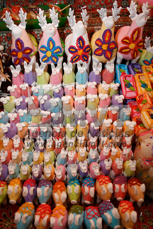 Toluca, México.- Aspectos de la Feria y Festival del Alfeñique Toluca 2013 en los portales. Agencia MVT / Arturo Hernández S.