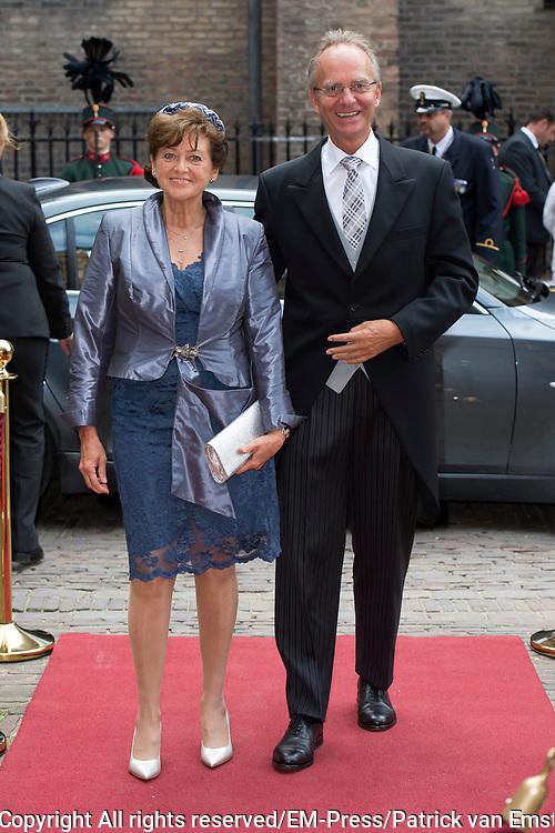 Prinsjesdag - Aankomst politici bij de Ridderzaal. Zoals ieder jaar ging Prinsjesdag ook dit keer weer gepaard met hoedjes in allerlei soorten en maten.<br /> <br /> Op de foto / On the photo: <br />  Henk Kamp  en partner