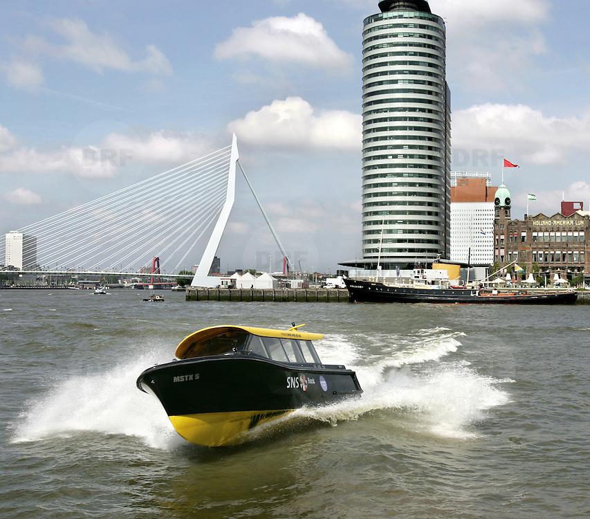 Nederland Rotterdam6 juni 2006  .Watertaxi vaart op de maas ter hoogte van Kop van Zuid ..Foto David Rozing