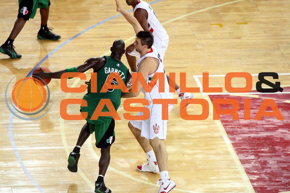 DESCRIZIONE : Roma Nba Europe Live Tour 2007 Toronto Raptors Boston Celtics <br />GIOCATORE : Andrea Bargnani Kevin Garnett<br />SQUADRA : Toronto Raptors<br />EVENTO : Nba Europe LIve Tour 2007<br />GARA : Toronto Raptors Boston Celtics<br />DATA : 06/10/2007<br />CATEGORIA : Difesa<br />SPORT : Pallacanestro<br />AUTORE : Agenzia Ciamillo-Castoria/G.Ciamillo