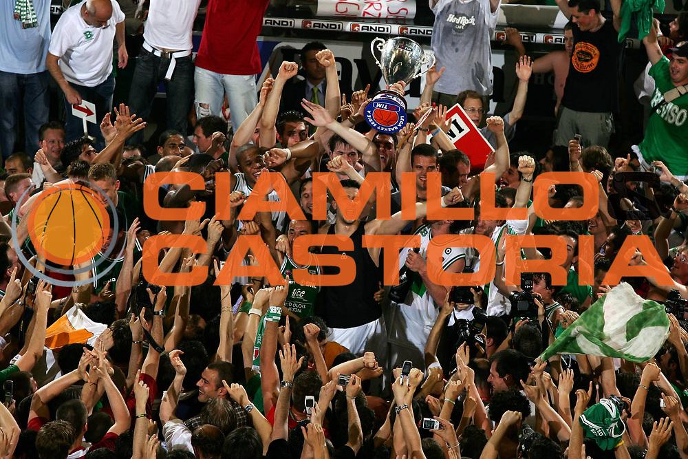 DESCRIZIONE : Treviso Lega A1 2005-06 Play Off Finale Gara 4 Benetton Treviso Climamio Fortitudo Bologna<br /> GIOCATORE : Premiazione Benetton Treviso<br /> SQUADRA : Benetton Treviso<br /> EVENTO : Campionato Lega A1 2005-2006 Play Off Finale Gara 4<br /> GARA : Benetton Treviso Climamio Fortitudo Bologna<br /> DATA : 20/06/2006<br /> CATEGORIA : Esultanza<br /> SPORT : Pallacanestro<br /> AUTORE : Agenzia Ciamillo-Castoria/L.Lussoso<br /> Galleria : Lega Basket A1 2005-2006<br /> Fotonotizia : Treviso Campionato Italiano Lega A1 2005-2006 Play Off Finale Gara 4 Benetton Treviso Climamio Fortitudo Bologna<br /> Predefinita :