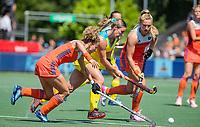 AMSTELVEEN - Mariah Williams (Austr.) met Maria Verschoor (Ned) , Laurien Leurink (Ned)  tijdens    de Pro League hockeywedstrijd dames, Nederland-Australie (3-1) COPYRIGHT  KOEN SUYK