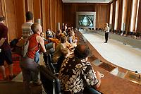 17 AUG 2002, BERLIN/GERMANY:<br /> Buerger besuchen und besichtigen den Euro-Saal und lassen sich von ueber Funktion und Geschichte des Saales aufklaeren, Bundesministerium der Finanzen am Tag der offenen Tuer<br /> IMAGE: 20020817-01-029<br /> KEYWORDS: Tag der offenen Tür, Bürger, Besucher,