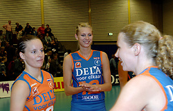 08-10-2006 VOLLEYBAL: SUPERCUP DELA MARTINUS - PLANTINA LONGA: DOETINCHEM<br /> Martinus wint vrij eenvoudig met 3-0 van Longa en pakt de Supercup / Manon Flier en Janneke van Tienen<br /> ©2006: WWW.FOTOHOOGENDOORN.NL