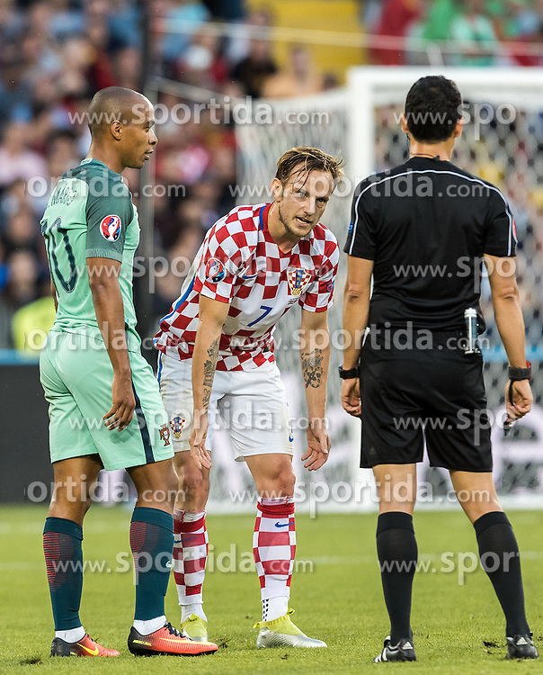 25.06.2016, Stade Bollaert Delelis, Lens, FRA, UEFA Euro 2016, Kroatien vs Portugal, Achtelfinale, im Bild Joao Mario (POR), Ivan Rakitic (CRO), Referee Carlos Velasco Carballo (ESP) // Joao Mario (POR), Ivan Rakitic (CRO), Referee Carlos Velasco Carballo (ESP) during round of 16 match between Croatia and Portugal of the UEFA EURO 2016 France at the Stade Bollaert Delelis in Lens, France on 2016/06/25. EXPA Pictures © 2016, PhotoCredit: EXPA/ JFK