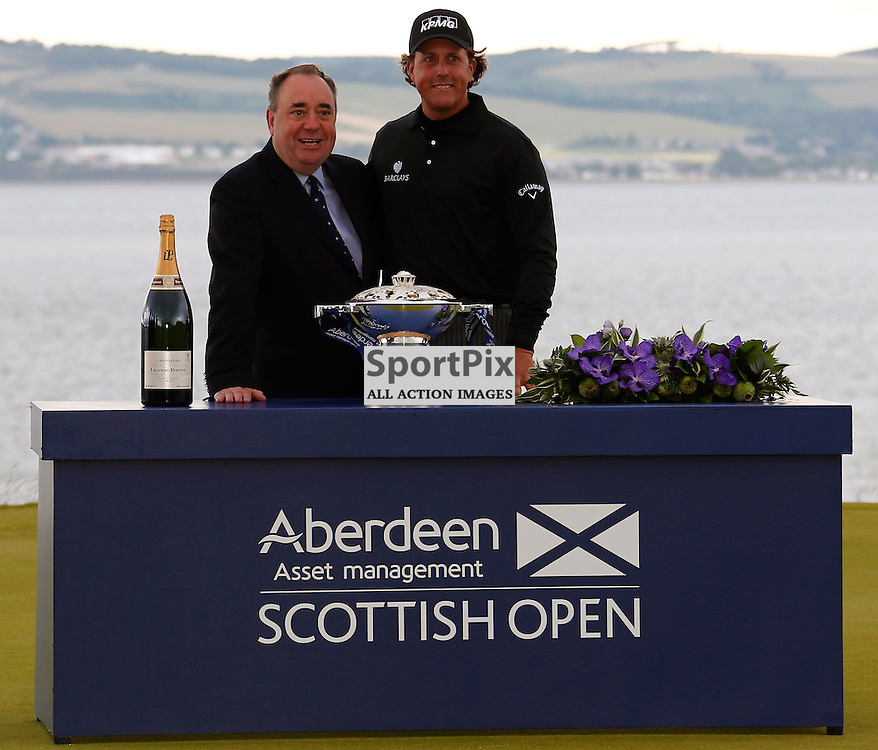 Scotland's First Minister Alex Salmond presents the winners quaich to Phil Mickelson as he wins the Scottish Open. Stpehen Lawson | SportPix.org.uk