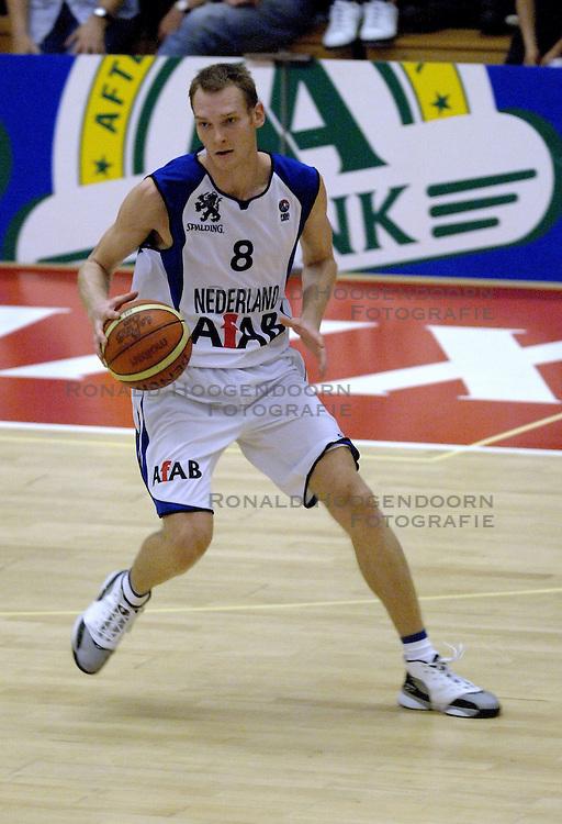 16-09-2006 BASKETBAL: NEDERLAND - ALBANIE: NIJMEGEN<br /> De basketballers hebben ook hun vierde wedstrijd in de kwalificatiereeks voor het Europees kampioenschap in winst omgezet. In Nijmegen werd een ruime overwinning geboekt op Albanie: 94-55 / Kees Akerboom<br /> &copy;2006-WWW.FOTOHOOGENDOORN.NL