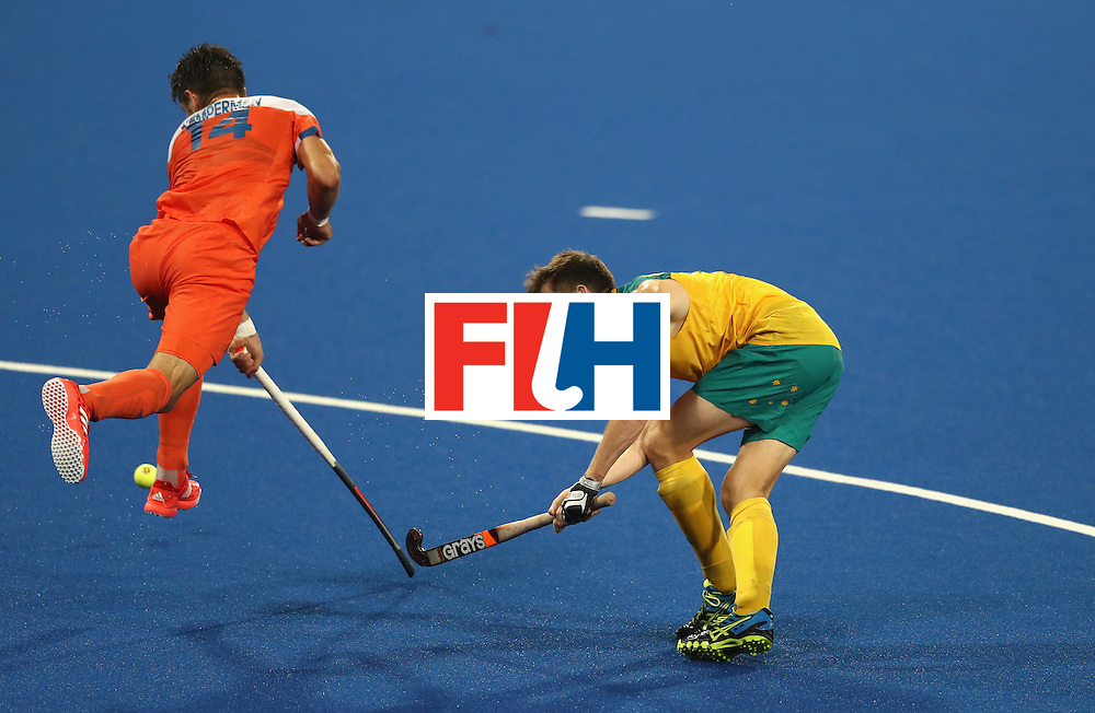 RIO DE JANEIRO, BRAZIL - AUGUST 14:  Eddie Ockenden of Australia plays the ball past Robbert Kemperman during the Men's hockey quarter final match between the Netherlands and Australia on Day 9 of the Rio 2016 Olympic Games at the Olympic Hockey Centre on August 14, 2016 in Rio de Janeiro, Brazil.  (Photo by David Rogers/Getty Images)