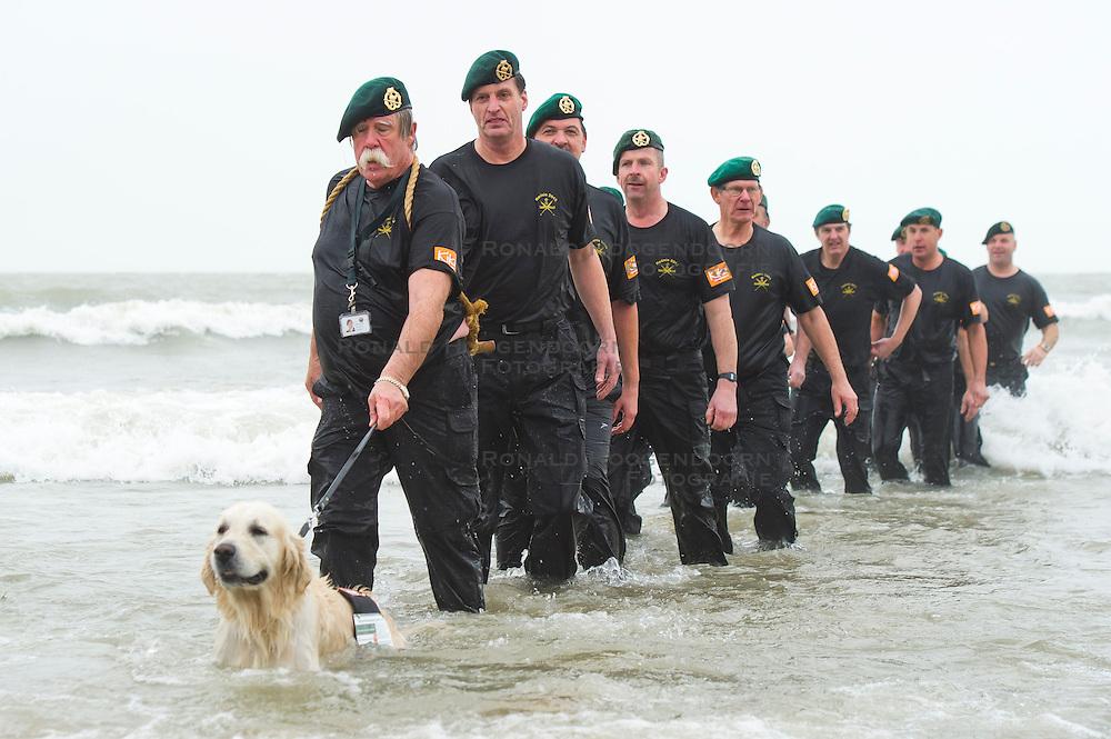 01-01-2012 ALGEMEEN: UNOX NIEUWJAARSDUIK: SCHEVENINGEN<br /> Op het strand van Scheveningen vindt de jaarlijkse Unox nieuwjaarsduik plaats, militairen, veteranen, hond<br /> (c)2012-FotoHoogendoorn.nl / Peter Schalk