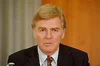 """04.05.1998, Germany/Bonn:<br /> Max Mosley, Präsident FIA, Pressekonfernz  zur Verkehrssicherheitsaktion """"10 Sekunden ..."""", Bundesverkehrsministerium,<br /> IMAGE: 19980504-03/02-17"""