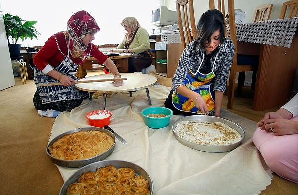 Nederland, Nijmegen, 22-10-2006..Turkse vrouwen bereiden hapjes en eten voor, voor het islamitische suikerfeest...Foto: Flip Franssen/Hollandse Hoogte