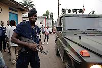 """26 SEP 2006, KINSHASA/CONGO:<br /> Kongolesischer Polizist mit Maschinenpistole neben einem Gelaendewagen """"Wolf"""" der Bundeswehr<br /> IMAGE: 20060926-01-148<br /> KEYWORDS: Kongo, police"""