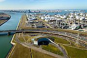 Nederland, Zuid-Holland, Rotterdam, 18-02-2015. Suurhoffbrug over het Hartelkanaal. Hoofdkantoor van BP in de oksel van de weg, rechts de Europoort raffinaderij van BP.<br /> Hartel canal in Europoort, Suurhoff  bridge, main office BP and refinery.<br /> luchtfoto (toeslag op standard tarieven);<br /> aerial photo (additional fee required);<br /> copyright foto/photo Siebe Swart