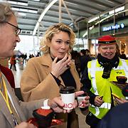 NLD/Utrecht/20200214 - Bn'ers zoeken echt contact met reizigers, Marlijn Weerdenburg praat met reizigers
