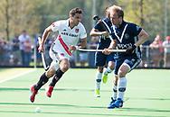 AMSTELVEEN -  Hockey Hoofdklasse heren Pinoke-Amsterdam (3-6). Thijn Knetemann (Pinoke) met Valentin Verga (A'dam)   COPYRIGHT KOEN SUYK