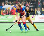 BILTHOVEN  - Hockey -  1e wedstrijd Play Offs dames. SCHC-Den Bosch (0-1). Caia van Maasaker (SCHC) met Lidewij Welten (Den Bosch) . COPYRIGHT KOEN SUYK