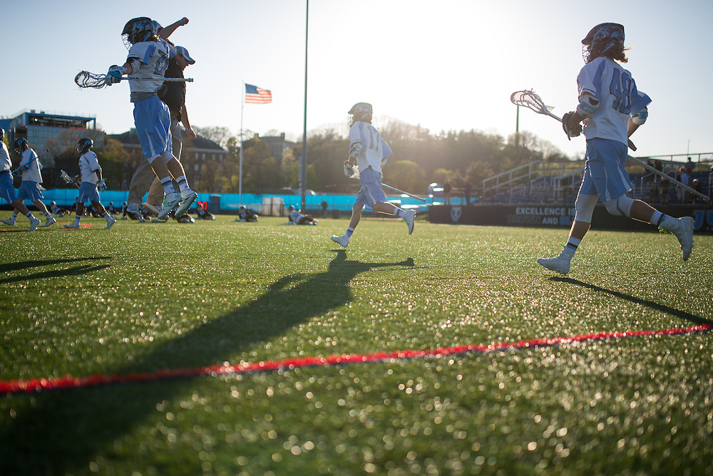 4/27/16 – Medford/Somerville, MA – Players run to a huddle before the game against the Bowdoin Polar Bears on Wednesday, April 27, 2016. (Evan Sayles / The Tufts Daily