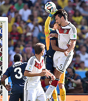 FUSSBALL WM 2014                VIERTELFINALE Frankreich - Deutschland           04.07.2014 Mats Hummels (re, Deutschland) gegen Torwart Hugo Lloris (hinten, Frankreich)