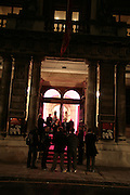 Exteriior of Royal Academy, ' Show Off' Theo Fennell exhibition co-hosted wit Vanity Fair. Royal Academy. Burlington Gdns. London. 27 September 2007. -DO NOT ARCHIVE-© Copyright Photograph by Dafydd Jones. 248 Clapham Rd. London SW9 0PZ. Tel 0207 820 0771. www.dafjones.com.
