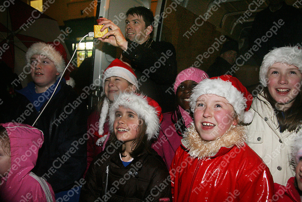 Mayor of Ennis Cllr. Joe Reidy counts down the seconds at the annual switching on of the Christmas lights in Ennis on Thursday evening.<br />