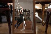 /EN/ Sofia is rehearsing in her house that she also uses as a dance and sculpture workshop./ES/ Sofia ensaya en su casa que usa como taller de danza y escultura.