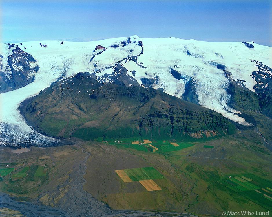 Svínafell, Svínafellsjökull t.v., Hvannadalshnúkur / Öræfajökull, Virkisjökull og Falljökull t.h. séð til austurs  Öræfasveit, Sveitrafélagið Hornafjörður áður Hofshreppur / Svinafell, and the glaciers: Svinafellsjokull left, the peak: Hvannadalshnukur on Oraefajokull. Virkisjokull and Falljokull right. Viewing east. Oraefasveit. Sveitarfelagid Hornafjordur former Hofshreppur.