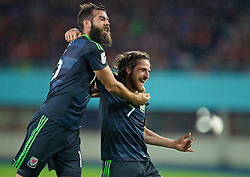 VIENNA, AUSTRIA - Thursday, October 6, 2016: Wales' Joe Allen celebrates scoring the first goal against Austria with team-mate Joe Ledley during the 2018 FIFA World Cup Qualifying Group D match at the Ernst-Happel-Stadion. (Pic by David Rawcliffe/Propaganda)