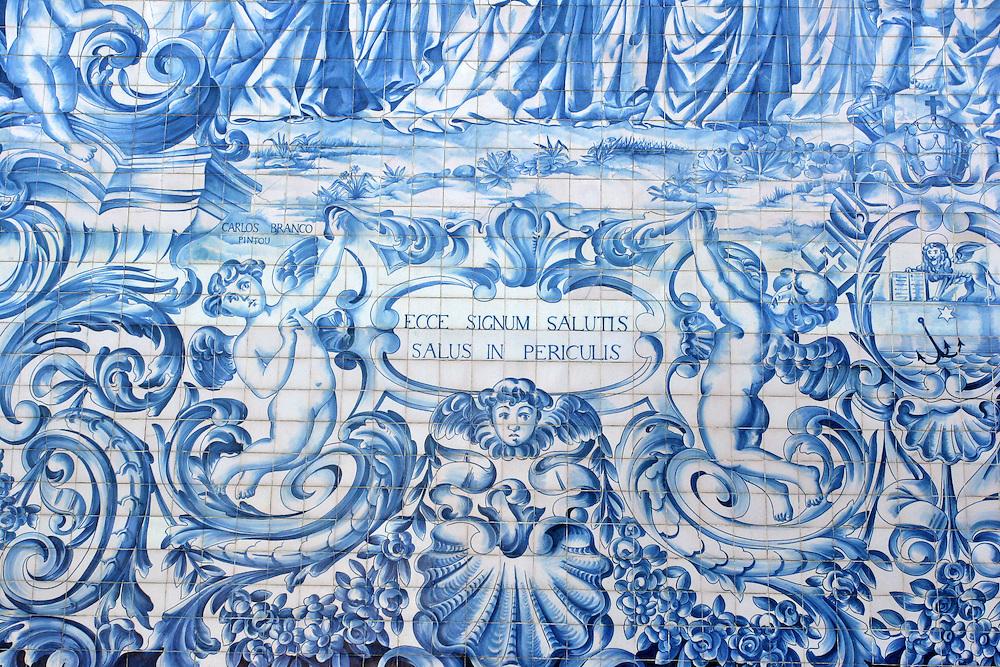 Detalle de la decoraci&oacute;n t&iacute;pica portuguesa realizada en mosaicos con azulejos en tonos azul. Oporto (Portugal)<br /> Ecce signum salutis, salus in periculis.
