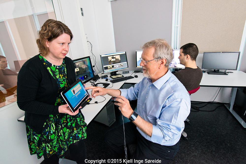 UiA-forsker Rune Fensli styrer pilotprosjektet som skal gjera kvardagen enklare for KOLS-pasienter.<br /> Forskningsprosjektet er ein del av EU-programmet United4Healt, der målet er å sette i gang med telemedisinsk oppfølging av pasienter med KOLS, diabetes og hjarteproblem.<br /> <br /> Nettbrett og ein mediisinks telesentral er nøkkelen i dette innovasjonsprogrammet.  Kols-pasienten vert utstyrt med eit nettbrett der dei har direkte kontakt med den telemedisinske sentralen, som er styrt av spesialtrena sjukepleiar. Pasienten måler sjølv puls og oksygenmetting i blodet, og svarer på spørsmål om sjukdomsutviklinga via nettbrettet.<br /> <br /> Foto: Kjell Inge Søreide<br /> <br /> Bildet Rune Fensli, doktorstipendiat Berglind Smaradottir og postdoktor Martinez Santiago Gil