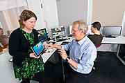 UiA-forsker Rune Fensli styrer pilotprosjektet som skal gjera kvardagen enklare for KOLS-pasienter.<br /> Forskningsprosjektet er ein del av EU-programmet United4Healt, der m&aring;let er &aring; sette i gang med telemedisinsk oppf&oslash;lging av pasienter med KOLS, diabetes og hjarteproblem.<br /> <br /> Nettbrett og ein mediisinks telesentral er n&oslash;kkelen i dette innovasjonsprogrammet.  Kols-pasienten vert utstyrt med eit nettbrett der dei har direkte kontakt med den telemedisinske sentralen, som er styrt av spesialtrena sjukepleiar. Pasienten m&aring;ler sj&oslash;lv puls og oksygenmetting i blodet, og svarer p&aring; sp&oslash;rsm&aring;l om sjukdomsutviklinga via nettbrettet.<br /> <br /> Foto: Kjell Inge S&oslash;reide<br /> <br /> Bildet Rune Fensli, doktorstipendiat Berglind Smaradottir og postdoktor Martinez Santiago Gil