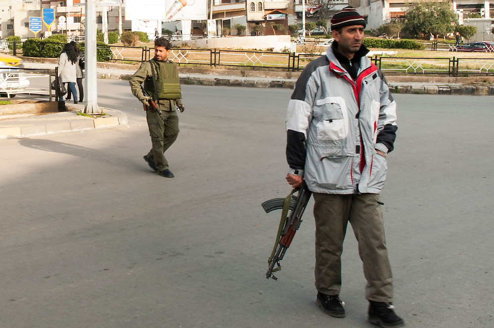 January 11, 2012, Homs, Syria. Syrian regimes militia's control traffic in the Hadara district in Homs during the civil war. <br /> <br /> 11 janvier, 2012, Homs, Syrie. Des milices syriens contr&ocirc;lent la circulation dans le quartier Hadara &agrave; Homs pendant la guerre civile.