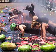 新华社照片,洛杉矶,2017年7月30日<br />     (国际)(1)第五十五届加州西瓜节<br />     7月29日,民众参与西瓜游戏。<br />     在美国洛杉矶,大批民众出席了&quot;第五十五届加州西瓜节&quot;。<br />     新华社发(赵汉荣摄)<br /> People play the watermelon games at the 55th Annual California Watermelon Festival in Los Angeles, the United States, Saturday, July 29, 2017. (Xinhua/Zhao Hanrong)