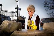 Koning Willem-Alexander en Koningin Maxima nemen deel aan vrijwilligersactie NL Doet en klussen mee in speeltuin en buurtvereniging Vreugdeoord in Alpen aan den Rijn, 12 Maart 2015. NL Doet is een vrijwilligersactie van het Oranje Fonds, de koning en de koningin zijn beschermheer en beschermvrouwe van het fonds.<br /> <br /> King Willem-Alexander and Queen Maxima of The Netherlands volunteering at playground and community Vreugdeoord in Alpen aan den Rijn, The Netherlands, 12 March 2016. NL Doet is in initiative of the Oranje Fonds, the King and Queen are patron and patroness of the foundation. <br /> <br /> Op de foto / On the photo: <br />  Koningin Maxima