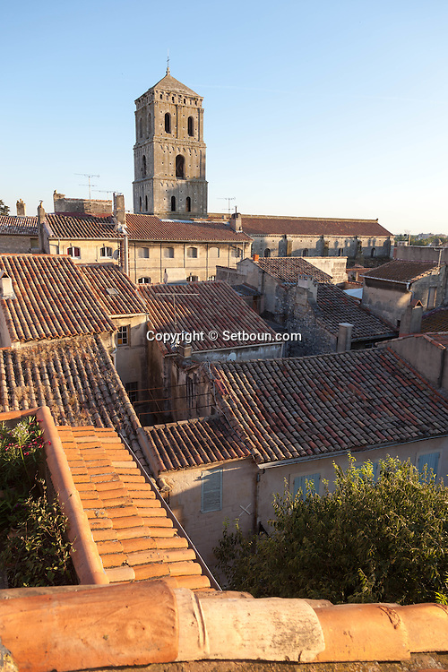 France. Bouches du Rhone.Arles, Sainte trophime cathedral ,  the old city rooftops view from a terrace,   France    /  Arles le clocher de la cathedrale  Sainte trophime,  les toits de la vielle ville vus d une terrace