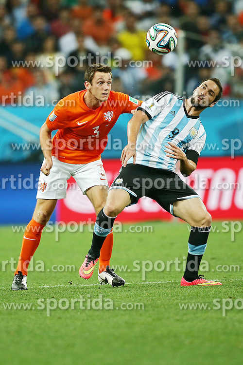 09.07.2014, Arena de Sao Paulo, Sao Paulo, BRA, FIFA WM, Niederlande vs Argentinien, Halbfinale, im Bild Argentinean Gonzalo Higuain (right) fights for the ball with Stefan De Virij (left) from Netherlands // during Semi Final match between Netherlands and Argentina of the FIFA Worldcup Brazil 2014 at the Arena de Sao Paulo in Sao Paulo, Brazil on 2014/07/09. EXPA Pictures © 2014, PhotoCredit: EXPA/ Eibner-Pressefoto/ Cezaro<br /> <br /> *****ATTENTION - OUT of GER*****