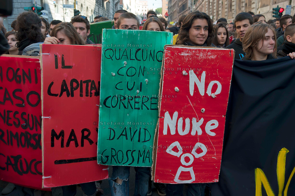 Roma 17 Novembre 2011.Manifestazione degli  studenti medi e universitari, contro il governo Monti ..I book-block