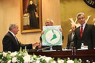 El presidente del parlatino Elias Castillo le entrega una bandera al presidente Sifrido Reyes Viernes AGT 24, 2012 en la asamblea legislativa San Salvador, El Salvador durante una reunion de presidentes y vipresidentes de poderes legislativo de centro america y la cuenca del caribe. Foto: Franklin Rivera/fmln/Imagenes Libres.